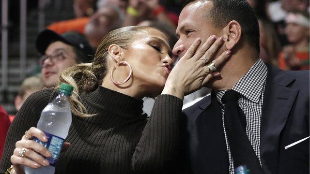 HT Magazin'de yer alan habere göre, bir ara sevgilisini öpen ünlü şarkıcı selfie çekmeyi de ihmal etmedi.