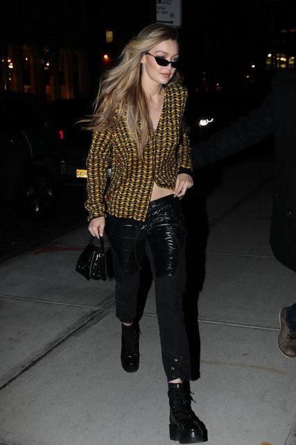 HT Magazin'de yer alan habere göre, ünlü model, belini açıkta bırakan salaş bluzu ve deri pantolonuyla sokak modasını yansıttı.