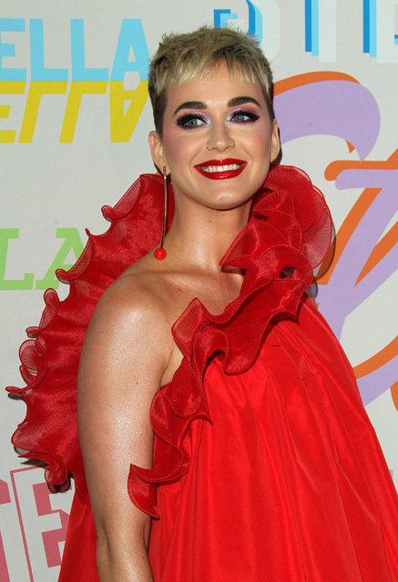 """HT Magazin'de yer alan habere göre, kendisini olduğundan daha kilolu gösteren kırmızı kabarık bir elbise giymeyi tercih eden ünlü şarkıcı kıyafeti için """"Çok rahat"""" dedi."""