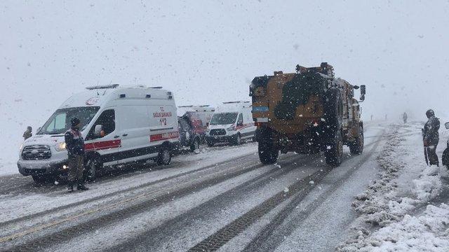 Muş ile Bingöl'ün Solhan ilçesi arasında bir yolcu otobüsünün dereye uçması sonucu 6 kişi hayatını kaybederken, 20 kişi de yaralandı.
