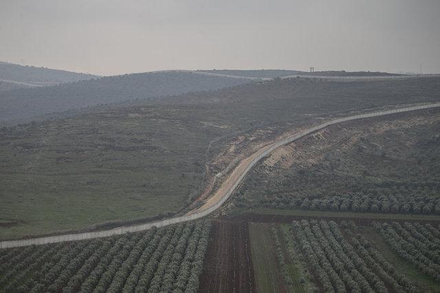 """Hatay'da terör örgütü PYD/PKK işgali altındaki Afrin sınırına kurulan, modern elektronik algılayıcı cihazların yer aldığı """"Kayı Sınır Güvenlik Sistemi""""nin ilk bölümü faaliyete geçti. Suriye sınırında yasa dışı geçişlerin önlenmesi amacıyla yapılan modüler duvar çalışmalarında sona yaklaşılırken, güvenlik güçleri hudut bölgesinde 24 saat devriye görevi yürütüyor."""