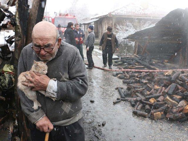 Bolu'nun Mudurnu İlçesi Ordular Köyü'nde eşi ve 2 çocuğuyla birlikte yaşayan 83 yaşındaki Ali Meşe'nin sobayı tutuşturmak için benzin dökmesi sonucu çıkan yangında tek katlı ahşap evi kullanılamaz hale geldi