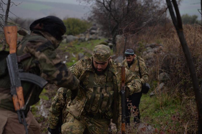 <p>TSK'nın hudut güvenliği ve bölgede istikrarı sağlamak maksadıyla Suriye'nin kuzeybatısındaki Afrin bölgesinde PKK/KCK/PYD/-YPG ve DEAŞ'a mensup teröristleri etkisiz hale getirmek, dost ve kardeş bölge halkını terör örgütlerinin baskı ve zulmünden kurtarmak üzere düzenlediği Zeytin Dalı Harekatı'nda görev alan Özgür Suriye Ordusu (ÖSO) güçleri, kış şartlarının getirdiği zorlu koşullara rağmen özgürlük umuduyla mücadelesini sürdürüyor.</p>