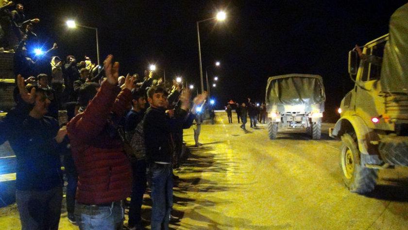 <p>Hatay'ın Hassa İlçesi Ardıçlı Mahallesi'nden geçen tanklar üzerindeki askerleri vatandaşlar Türk bayrakları ve alkışlarla afrin sınırına uğurladı.</p>