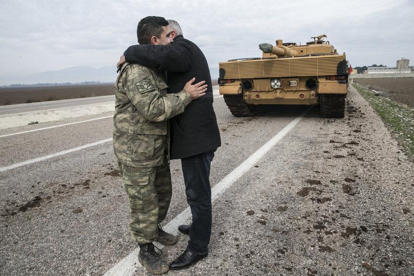 <p>Zeytin Dalı Harekatı kapsamında askeri birliklere takviye olarak gönderilen obüs ve tanklar Hatay'daki sınır birliklerine konuşlandırıldı. Vatandaşlar, görevli personele sevgi gösterisinde bulundu ve fotoğraf çektirdi.</p>