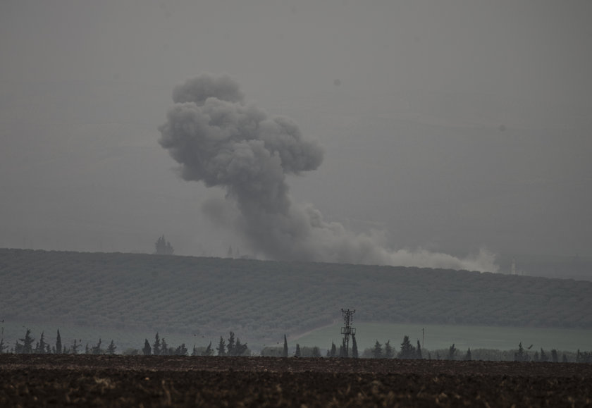 <p>Reyhanlı, Kırıkhan ve Hassa'nın karşısındaki Afrin batı kırsalında yer alan teröristlere ait birçok mevzi, TSK'ye ait obüs ve havan toplarıyla vuruluyor. Sınır hattında birçok noktadan dumanların yükseldiği görüldü.</p>