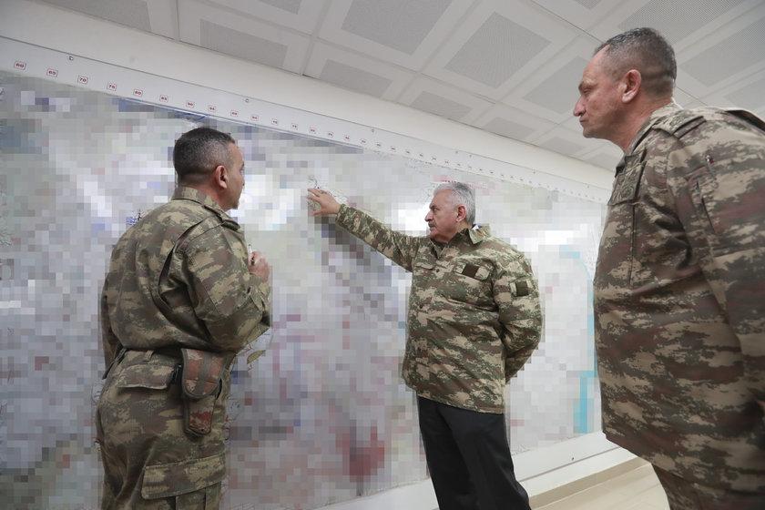 <p>Başbakan Yıldırım, Harekat Merkezi'nde 2. Ordu Komutanı Korgeneral İsmail Metin Temel ve diğer askeri yetkililerden Zeytin Dalı Harekatı hakkında bilgi aldı.</p>