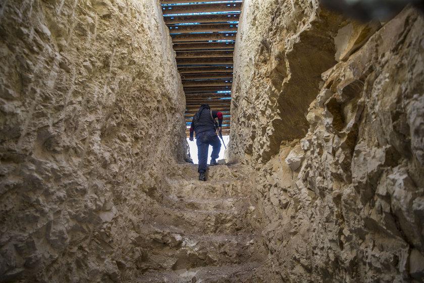 <p>AA'nın görüntülediği tünel ve sığınakların elektrik tesisatı döşenerek aydınlatıldığı ve çeşitli yaşam malzemeleriyle 24 saat kullanılabilecek şekilde tasarlandığı dikkati çekti.</p>