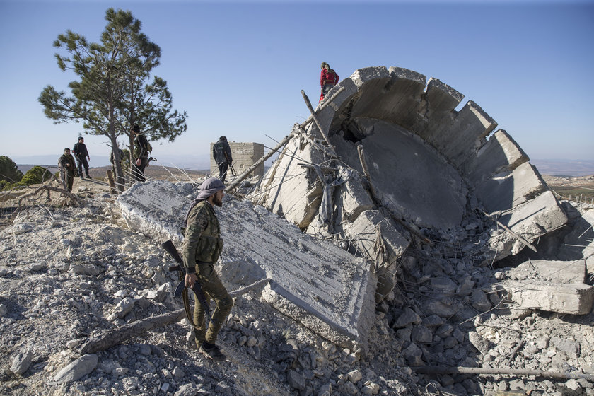 <p>Köy civarındaki mevzi ve gözetleme kulelerinin Türk savaş uçakları tarafından vurulmasının ardından TSK ve ÖSO'nun kara unsurlarının ilerlemesiyle köy ele geçirilmişti.</p>