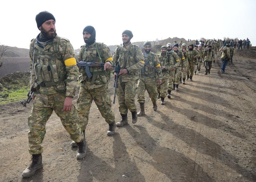 <p>Afrin'e giren ÖSO mensuplarının dışarıdan olacak sızmalara karşı kollarına sarı bant taktığı görüldü.</p>