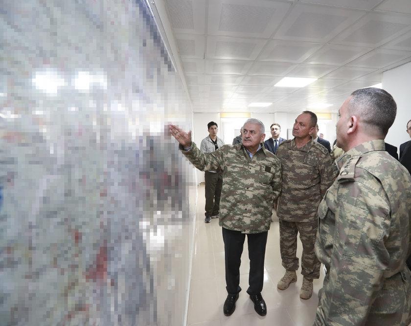 <p>Başbakan Binali Yıldırım, Zeytin Dalı Harekatı'nın sevk ve idaresinden sorumlu olan 2. Ordu'nun Hatay'daki Harekat Merkezi'ni ziyaret etti.</p>