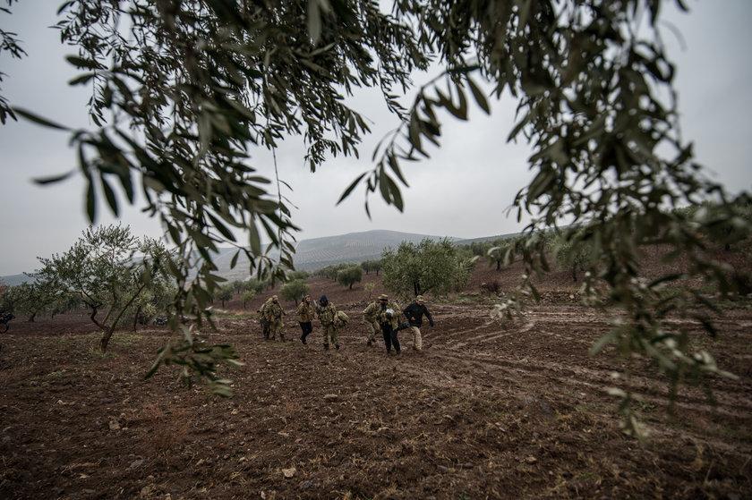 <p>ÖSO güçlerinin Afrin'deki terör hedeflerine yolculuğu görüntülendi. Sınır hattına ve belirli bir yere kadar araçlarla giden ÖSO güçleri, daha sonra zorlu kış şartlarında kendi imkanlarıyla ilerlemeye çalışıyor. Yoğun sis ve yer yer yağmur altında saatlerce yürüyen ÖSO askerleri, araçların kış şartları nedeniyle gidemediği noktalarda silah ve mühimmat gibi teçhizatları sırtlarında taşıyor.</p>