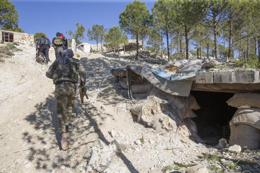 <p>PYD/PKK'nın yaklaşık 7 yıldır yoğun şekilde yuvalandığı Afrin'de, kayalık ve dağlık bölgelerde çok sayıda tünel ve sığınak yaptığı biliniyor.</p>