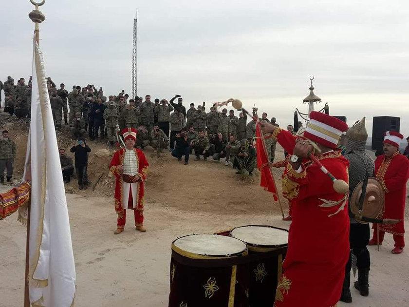 <p>TSK, Suriye'nin Afrin Bölgesinde terör örgütü PYD/PKK tarafından işgal edilen alanlara yönelik başlattığı Zeytin Dalı Harekatı'na katılan askerlere moral amacıyla Hatay Büyükşehir Belediyesi Mehter Takımı konser verdi.</p>