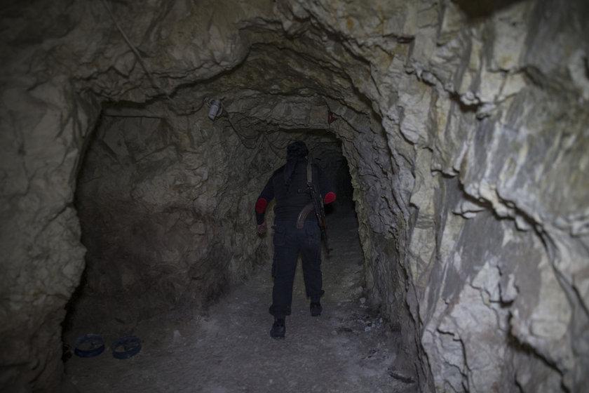 <p>Afrin'de PYD/PKK'nın yerin 4 metre altında yaptığı tünel ağı bulundu.</p>