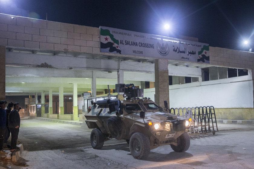 <p>Kilis'in Öncüpınar Sınır Kapısı'ndan Suriye'nin Azez bölgesine askeri araç sevkiyatı yapıldı. Kent merkezinden eskort eşliğinde Öncüpınar Sınır Kapısı'na yönlendirilen askeri araçlar, Halep'in Azez ilçesine doğru geçiş yaptı.</p>