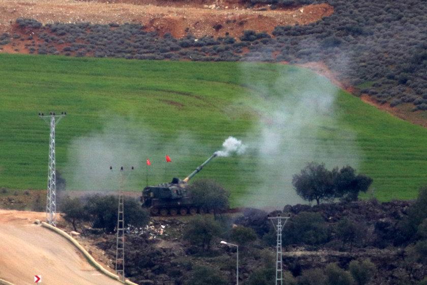 <p>Hatay'ın Reyhanlı, Kırıkhan ve Hassa ilçeleri karşısındaki terör mevzileri, Türk Silahlı Kuvvetleri (TSK) topçu birliklerince ateş altına alındı.</p>