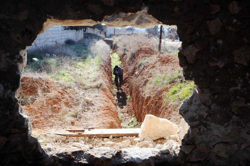 <p>PYD'li teröristlerin köyde hemen hemen her evin altına betonarme sığınak ve tünel yaptığı belirlendi.</p>