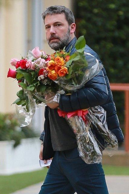 Gazete Habertürk'te yer alan habere göre, elinde koca bir demet çiçekle kızının Santa Monica'daki okulundaki gösteriye yetişmeye çalışan 45 yaşındaki aktörün salaş hali dikkat çekti.