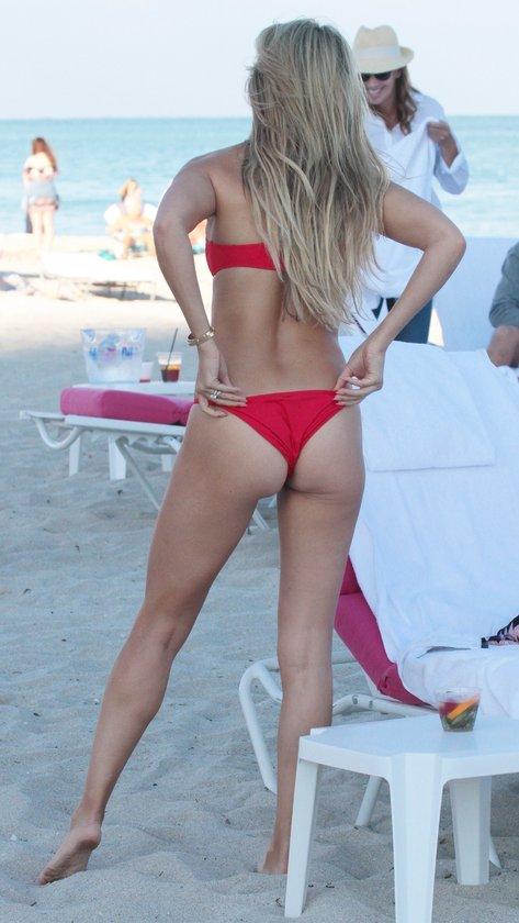 Kırmızı bikinili güzel