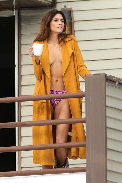 Pazartesi günü ABD'nin Utah şehrindeki evinin balkonuna, kahve içmek için çıkan Blanco'nun üzerinde sadece önü açık hardal rengi bir ceket ve iç çamaşırı vardı.