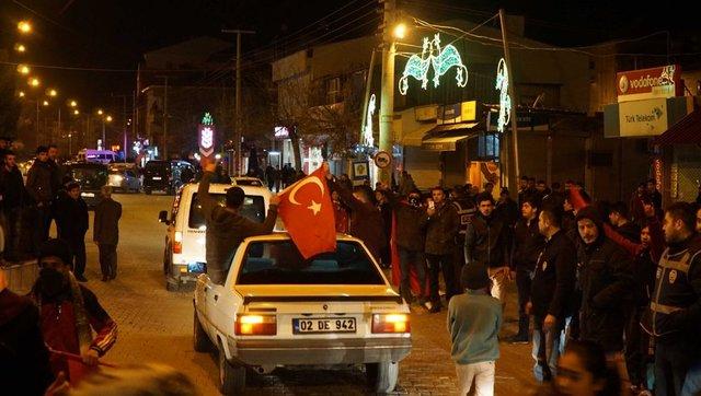 Erzurum Jandarma Komando Özel Harekât Tabur Komutanlığından Suriye sınırına konuşlu birliklere takviye amaçlı gönderilen askeri konvoy, dün gece Adıyaman'ın Gölbaşı İlçesinden geçti.