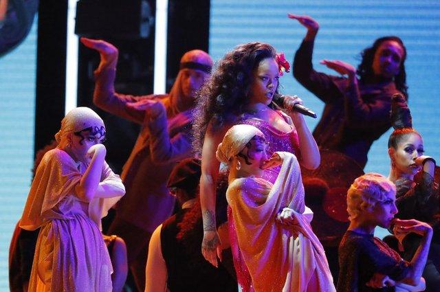Rihanna, Grammy gecesine şarkılarıyla ve danslarıyla damgasını vurdu.