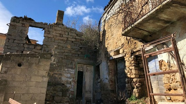 İtalya'nın Sardunya Adası'nda kaderine terk edilen tarihi taş evler 1 euro bedelle satışa çıkarıldı
