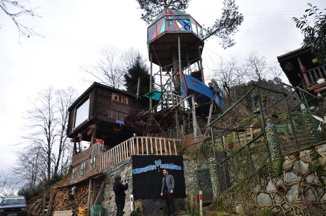 Osman Kaba'nın köyünde hobi olarak yaptığı ağaç evi, yerli ve yabancı turistleri ağırlıyor.