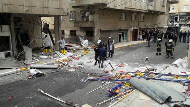 Habertürk Haber Merkezi'nden Mehmet Kayahan'ın haberine göre; Diyarbakır merkez Bağlar ilçesi cezaevi üstköşe mevkisinde bulunan uçan balon imalathanesinde patlama meydana geldi.