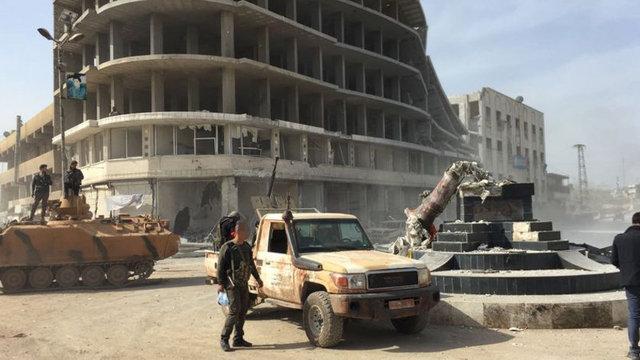 Türk Silahlı Kuvvetleri (TSK) ve Özgür Suriye Ordusu (ÖSO), Afrin ilçe merkezini tümüyle ele geçirmesinin ardından, güvenlik çalışmalarını sürdürüyor. İşte ele geçirilen Afrin ilçe merkezinden ilk kareler...