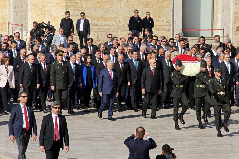 <p>Devlet erkanı Aslanlı yoldan yürüyerek Anıtkabir'e geldi.</p>