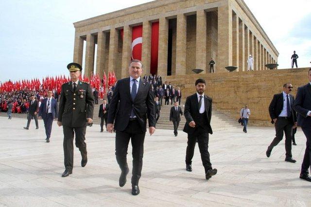 Gençlik Ve Spor Bakanı Osman Aşkın Bak, 19 Mayıs Atatürk'ü Anma, Gençlik Ve Spor Bayramı kapsamında beraberindeki gençlik heyetiyle birlikte Anıtkabir'i ziyaret etti.