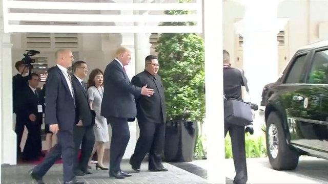 ABD Başkanı Donald Trump ile Kuzey Kore lideri Kim Jong-un'un Singapur'da yaptığı görüşme ilgi çekici anlara sahne oldu.