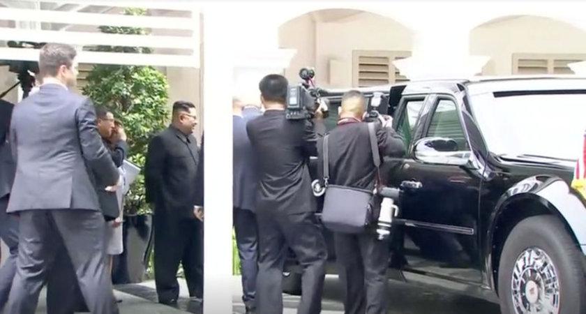 <p>Trump'ın 1,6 milyon dolar değerindeki zırhlı aracı göstermesinden önce bir istihbarat görevlisinin, aracın arka yolcu kapısını açtığı ve Kim'in araca bakarken gülümsemesi görüntülere yansıdı.</p>