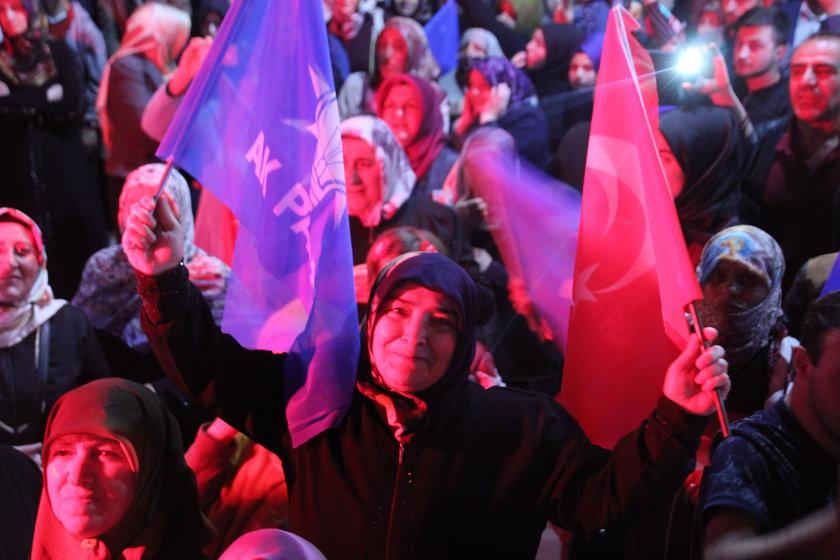 <p>Ellerinde Türk ve AK Parti bayrakları ile alanlara akın edenler seçim coşkusu yaşadı.</p>