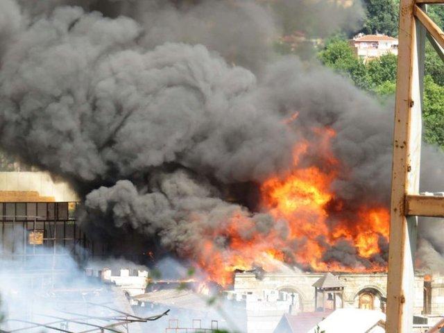 Beykoz'da bulunan ve özellikle dizi, film setlerine ev sahipliği yapan kundura fabrikasında yangın çıktı.