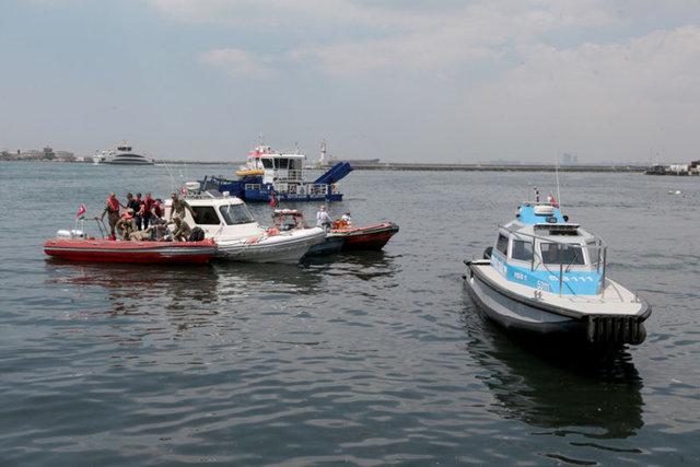 Bir vatandaş Kadıköy sahilinde arkadaşlarıyla otururken, dengesini kaybetmesi üzerine denize düştü.