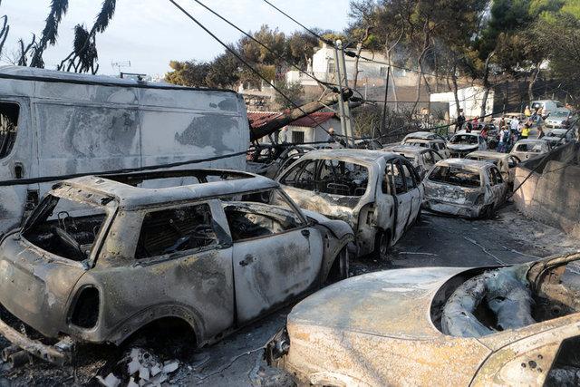 Yunanistan'da başkent Atina'nın çevresinde bulunan ormanlarda başlayan yangın kısa sürede yerleşim yerlerine sıçradı.