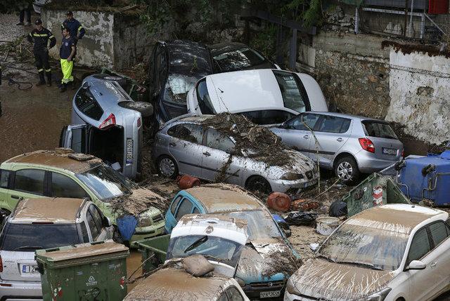 Yunanistan'ın başkenti Atina'da üç gün önce meydana gelen orman yangınlarından sonra, başkentin kuzeyindeki Maroussi banliyösünde sel meydana geldi.