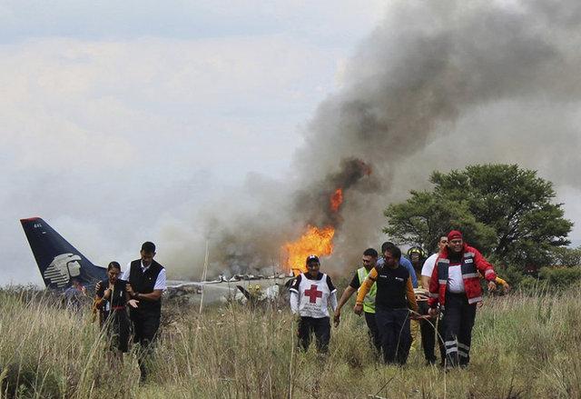 Meksika'nın Durango kentinde bir yolcu uçağının kalkışından kısa süre sonra düştüğü, uçakta bulunan 101 kişinin kazayı yaralanmayla atlattığı bildirildi.