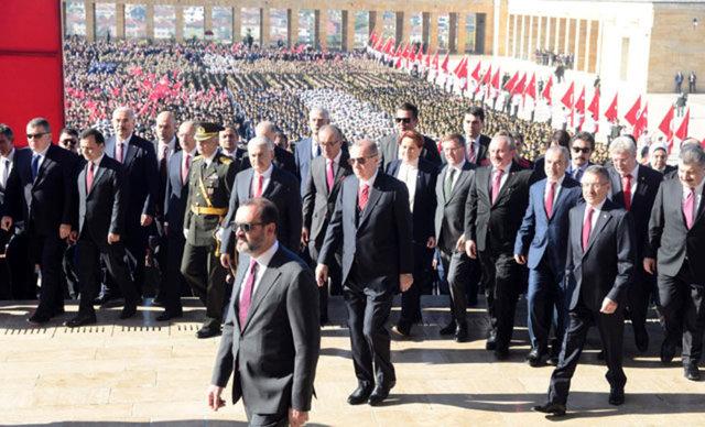 """ANITKABİR'DE RESMİ TÖREN 29 Ekim Cumhuriyet Bayramı nedeniyle, Cumhurbaşkanı Recep Tayyip Erdoğan ve devlet erkânının katılımıyla Anıtkabir'de resmi tören düzenlendi. Törenin ardından Anıtkabir halkın ziyaretine açıldı.   Cumhuriyet Bayramının 95'inci yıl dönümü nedeniyle Anıtkabir'de düzenlenen resmi törene Cumhurbaşkanı Recep Tayyip Erdoğan'ın yanı sıra, Türkiye Büyük Millet Meclisi Başkanı (TBMM) Binali Yıldırım, Cumhurbaşkanı Yardımcısı Fuat Oktay, CHP Genel Başkanı Kemal Kılıçdaroğlu, MHP Genel Başkanı Devlet Bahçeli, İYİ Parti Genel Başkanı Meral Akşener, yüksek yargı üyeleri, askeri erkan ve çok sayıda siyasetçi katıldı. Cumhurbaşkanı Erdoğan ve beraberindekiler Anıtkabir'deki Aslanlı Yol'dan yürüyerek Atatürk'ün mozolesine geldi. Erdoğan'ın, üzerinde ay yıldız bulunan çelengi Atatürk'ün mozolesine bırakmasının ardından, saygı duruşunda bulunuldu, İstiklal Marşı okundu.   Buradan Misak-ı Milli Kulesine geçen Erdoğan, Anıtkabir Özel defterine, şunları yazdı: """"Cumhuriyetimizin ilanının 95'inci yıldönümünde Türk Milletini temsilen büyük bir gurur ve heyecanla manevi huzurunuzdayız. Bu vesileyle siz ve silah arkadaşlarınız başta olmak üzere tüm gazilerimizi saygıyla yad ediyor, şehitlerimize Allah'tan rahmet diliyoruz. Bugün Cumhuriyetimizin 95'inci yıl dönümünü, dünyanın en prestijli projelerinden olan İstanbul'daki yeni havalimanımızın açılışını yaparak kutluyoruz. Ekonomimizi hedef alan saldırıların yoğunlaştığı bir dönemde gerçekleştirdiğimiz bu tarihi açılış, Türkiye'nin gücünün, kararlılığının 95 yılda elde ettiği başarıların bir sembolüdür. Ruhunuz şad olsun."""""""