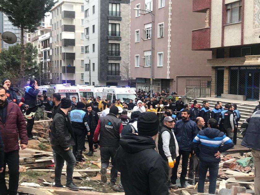 <p>Kartal Bankalar Caddesi'nde8 katlı bina bilinmeyen bir nedenden dolayı çöktü. Olay yerine çok sayıda itfaiye ekibi yönlendirildi. Ekipler çalışmalarını sürdürüyor. işte olay yerinden gelen ilk fotoğraflar...</p>