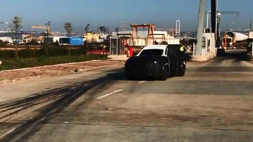 <p>Salı günkü paylaşımda ise, yerli otomobilin ön yüzünü daha detaylı gösteren bir fotoğraf yayınlandı. Bu fotoğrafta, otomobilin yan aynaları, A sütunu ve ön camı hakkında ipuçları yer aldı.</p>