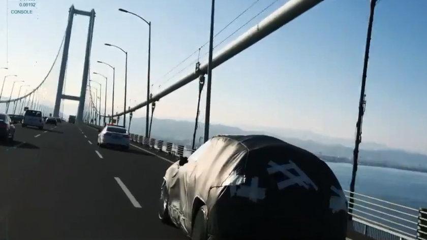 <p>Öte yandan, otomobilin Osmangazi Köprüsü ve TOGG'un genel merkezinin bulunduğu Bilişim Vadisi etrafında gerçekleşen test sürüşlerinin yer aldığı görüntülerde, iç mekan da daha farklı bir açıdan paylaşıldı. Öyle ki, önceki paylaşımda kokpitin alt kısmına dair bir fotoğraf paylaşılırken, 19.23'te paylaşılan videoda ise kokpitin üst kısmı yer aldı. Söz konusu görüntülerde, otomobilin ön konsolunu boydan boya saran ve dijital gösterge grubu ile bütün yapıdaki bilgi ekranı dikkat çekti.</p>