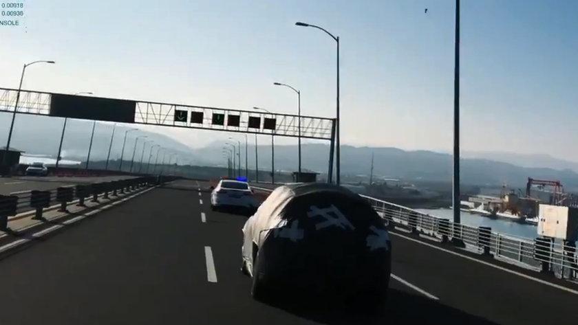 <p>TOGG'un Pazartesi günkü ilk paylaşımında aracın far tasarımı hakkında fikir verildi. Yerli otomobilin uzun farlarının yandığı bir görsel paylaşılırken, otomobilin LED farlarının dört adet merceğe sahip olduğu görüldü.</p>