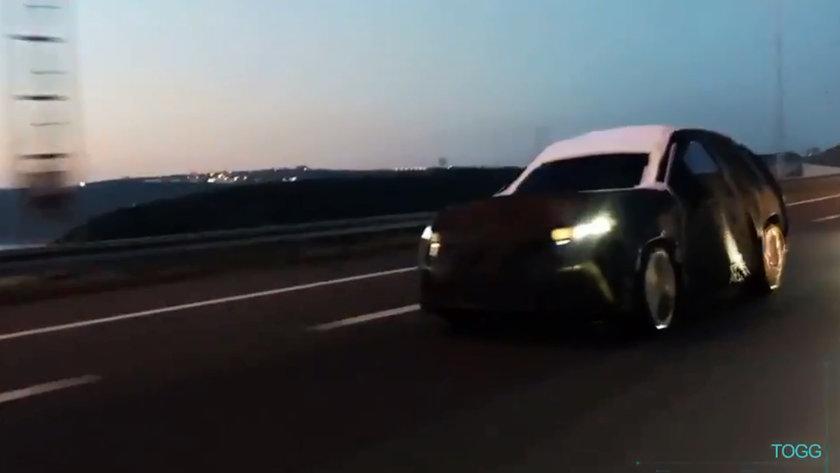 <p>Üçüncü gün ise otomobilin ön tamponun da bir bölümünü gösteren yeni bir fotoğraf yayınlanırken, otomobilin panjur kısmında yer alan lale motifli LED aydınlatmalar ilgi uyandırdı.</p>