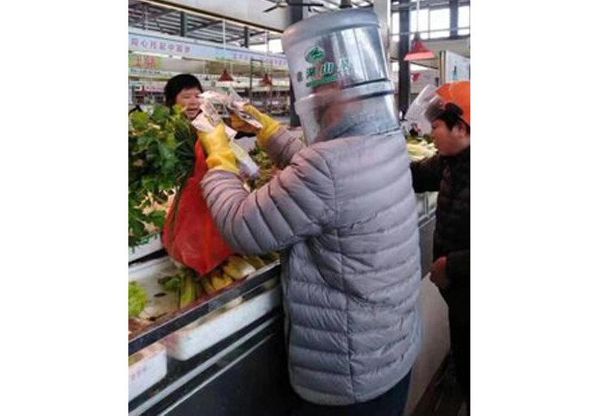 <p>Bir kadın ise alışveriş yaparken kafasında plastik bir şişe geçirmiş halde görüntülendi.</p>