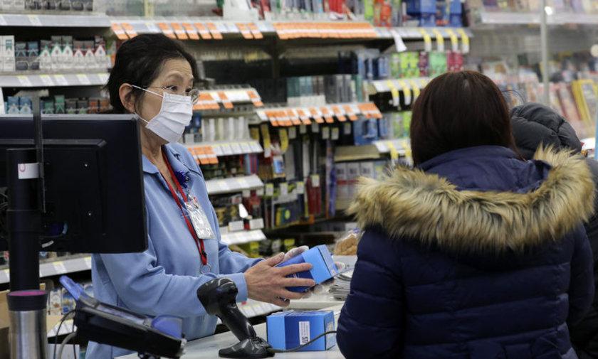 <p>Çin'de yaşayan insanlara yüz maskesi kullanmadan toplu taşıma kullanmamları uyarısı yapıldı.</p>