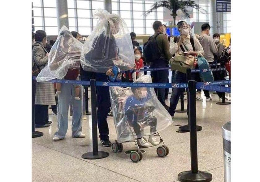 <p>Yüz maskeleri tükenmeye başlayınca kendilerini virüsten korumaya çalışan yolcular, plastik şişeler ve hatta motosiklet kaskları kullanarak virüsün bulaşma riskine karşı önlem almaya çalıştı.</p>